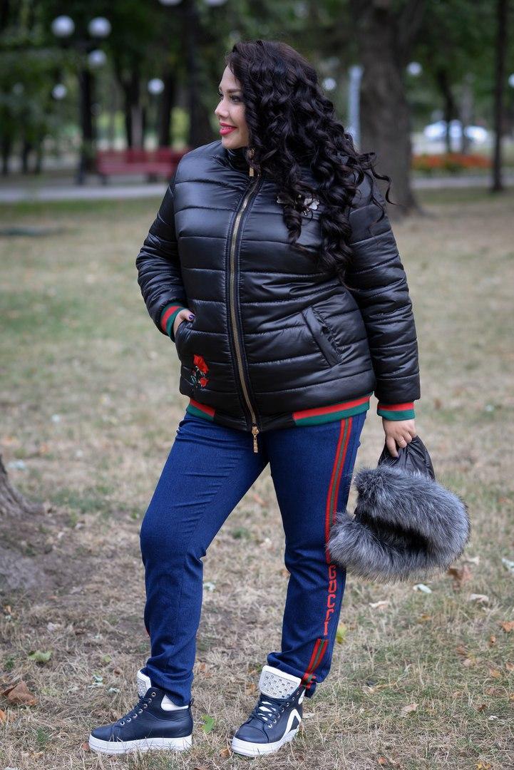 Короткая женская куртка в больших размерах с капюшоном и меховой опушкой 1015246