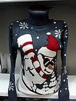 Теплый зимний свитер под горло со снеговиком на лыжах