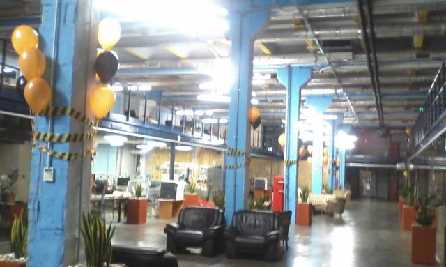 Черно-оранжевые букеты шаров по всем помещению