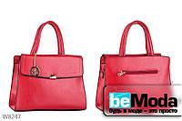 Оригинальная женская сумка твердой конструкции E&Y с декоративным брелком красная