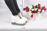 Женские кроссовки белые на танкетке