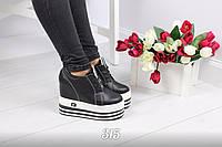 Женские кроссовки чёрные на танкетке