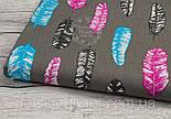 Лоскут ткани №916 с розовыми, бирюзовыми и графитовыми перьями на сером фонеразмер 20*80, фото 2