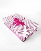 Прямоугольная большая подарочная коробка ручной работы белого цвета с яркими розовыми мелкими сердечками