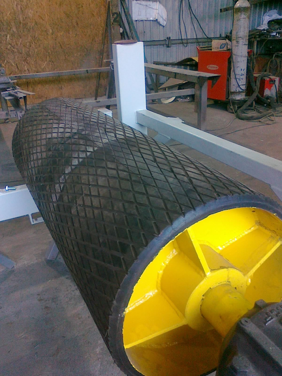 Гуммирование, или Футеровка приводного барабана ленточного конвейера, футеровка роликов и вала полиуретаном.