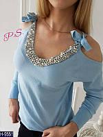 Голубой женский свитер с завязками на плече и стразами. Арт-12431