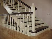 Деревянные элитные лестницы с ковкой на второй этаж
