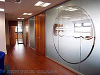 Офисная перегородка из стекла с нанесением логотипа компании