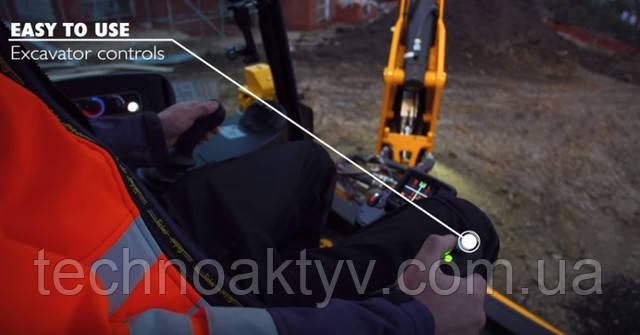В машине созданы все комфортные условия для оператора. Эргономичная кабина с большим пространством для хранения вещей обеспечивает круговой обзор (отличная видимость на 360 градусов), способствуя безопасной работе. Машинисту доступна функция подогрева сиденья на пневматической подвеске, в которое встроено джойстиковое управление.