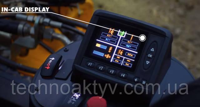 Новейший монитор внутри кабины информирует оператора о параметрах процесса бурения, каких как вертикальность инструмента, глубина забуривания, показатели давления в гидроприводе штанги и развиваемый крутящий момент вращателя.