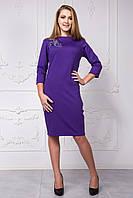Однотонное платье до колена с украшением на груди