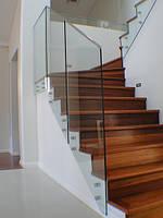 Стеклянное ограждение для лестницы на зажимных шайбах