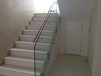 Перила стеклянные лестницы на зажимных шайбах с поручнем