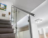 Стеклянные перила лестницы на металлическом каркасе