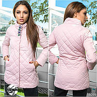 Женская удлиненная стеганая куртка розового цвета с брошью. Модель 16099, коллекция осень-зима 2017-2018