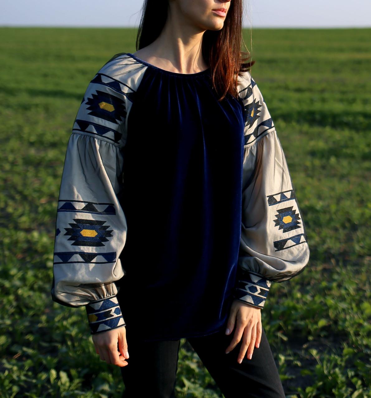 Жіноча оригінальна блузка на велюрі синього кольору з вишитими рукавами