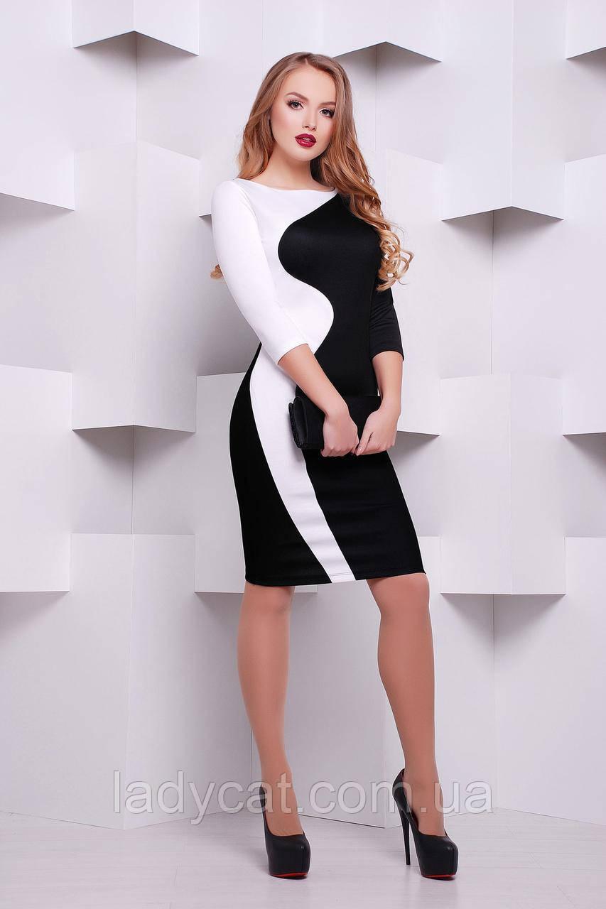 Черно-белое платье прилегающего силуэта.