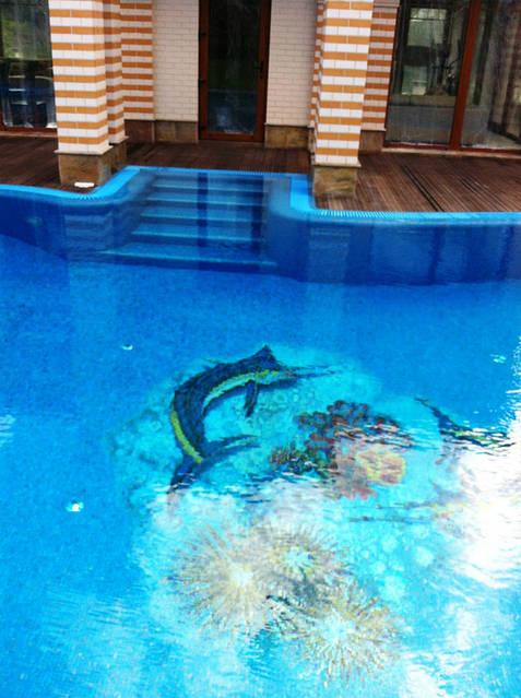 Переливной бассейн. Отделка бассейна - стекломозаика. Оборудован SPA бассейном на 3 гидромассажных места с отдельной системой фильтрации и подогрева. Разработано по желанию заказчика декоративное панно из мозаичных растяжек.