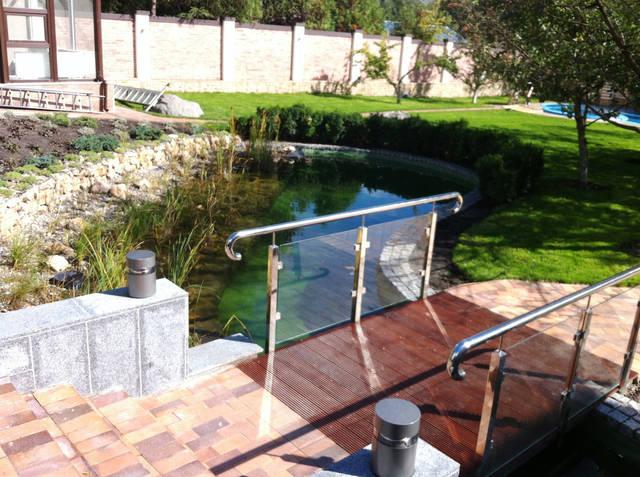 Переливной бассейн.Отделка бассейна - стекломозаика.Оборудован SPA бассейном на 3 гидромассажных места с отдельной системой фильтрации и подогрева. Разработано по желанию заказчика декоративное панно из мозаичных растяжек.