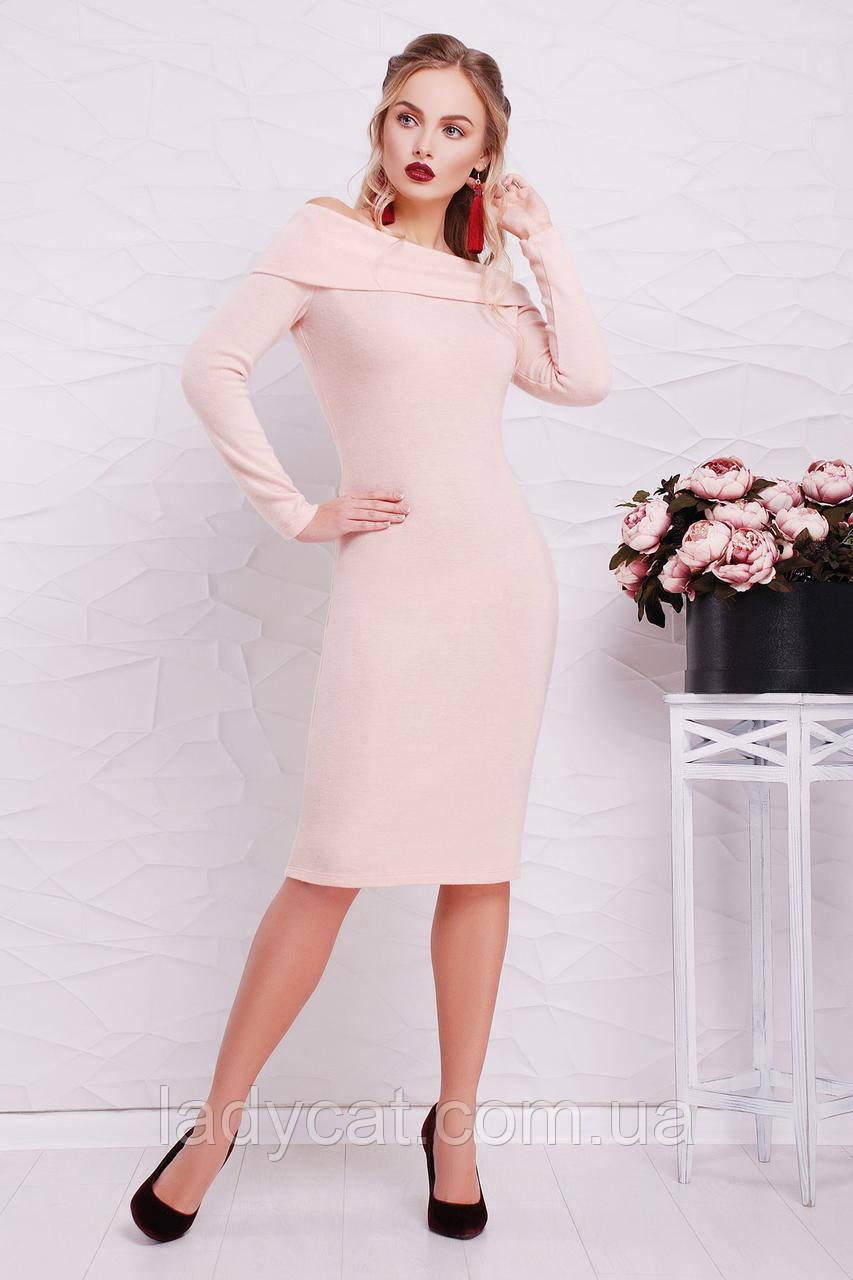 Женское облегающее платье цвета пудры