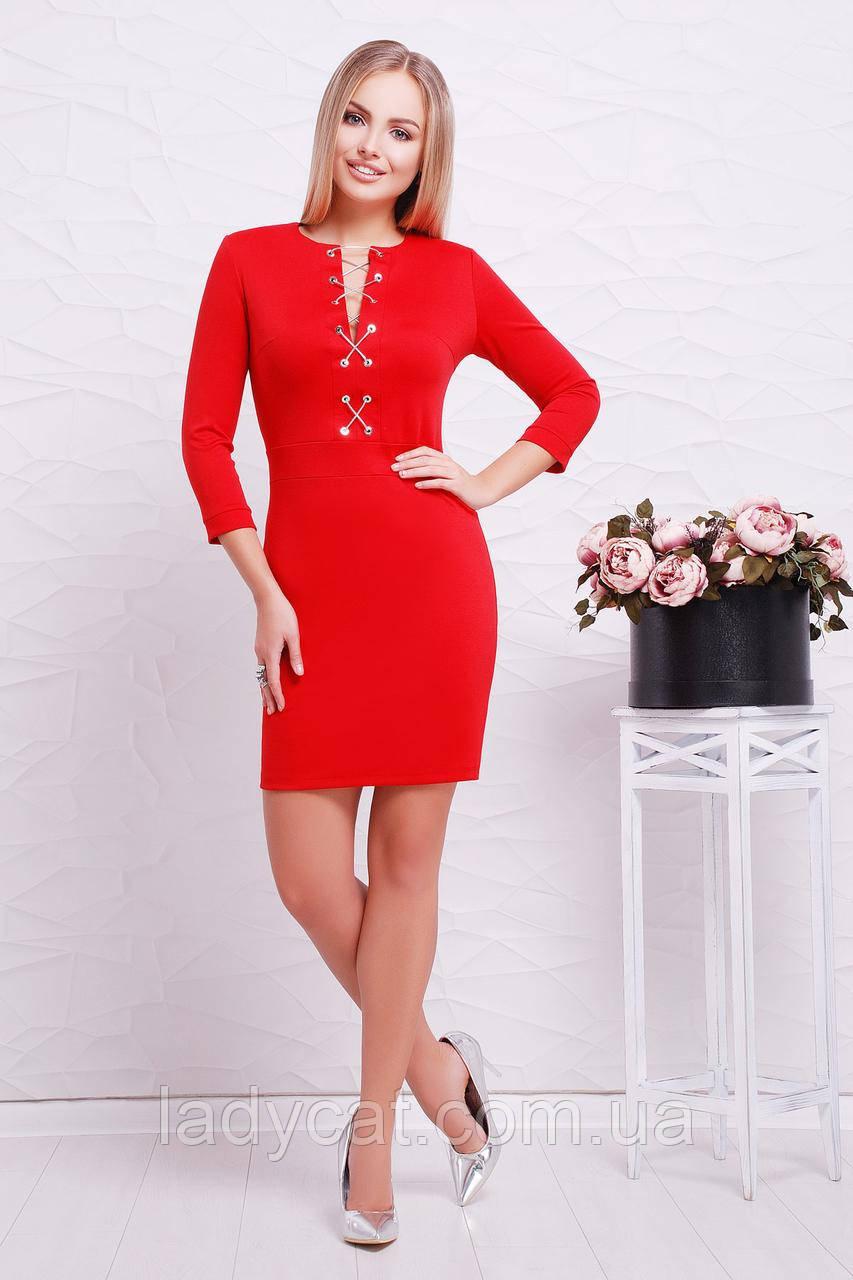 Яркое облегающее красное платье