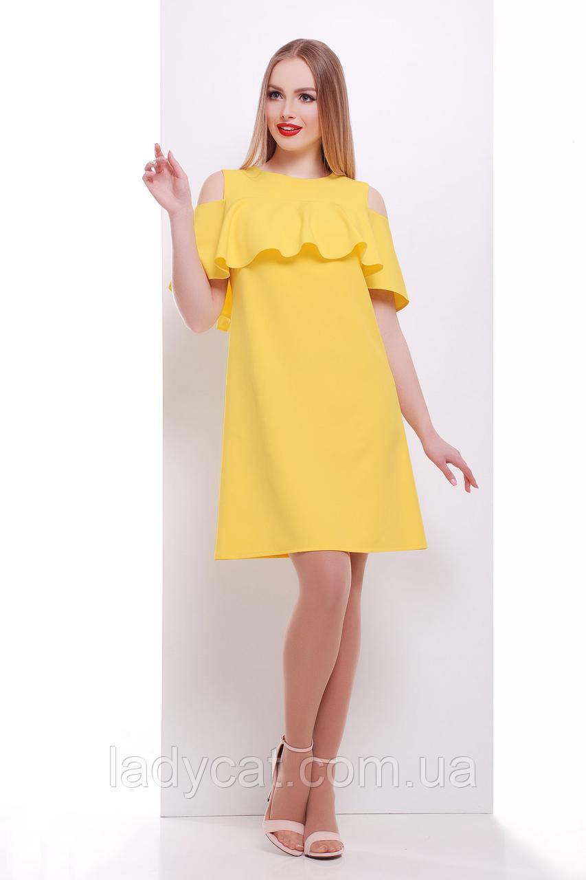 Яркое летнее платье желтого цвета с открытыми плечами