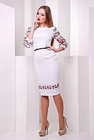 Белое облегающее платье сярким и необычным принтом в виде цветочной вышивки декорирует рукава и низ платья