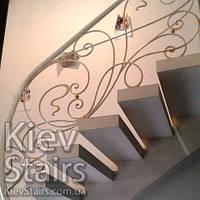 Кованые перила на винтовой трёхэтажной лестнице и бетона и металла