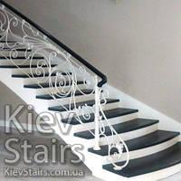 Облицовка винтовой лестницы криволинейными ступенями и поручнем на кованых перилах