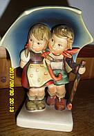 Фарфоровая статуэтка GOEBEL Дети под зонтом Шторм