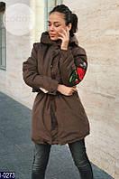 Утепленная женская куртка с выбитой розой на рукаве парка коричневого цвета. Арт - 18238