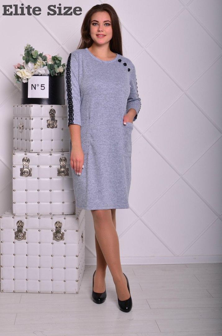 Выходное батальное платье прямого кроя до колена с гипюром по рукавам.
