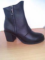 Зимние женские кожаные ботинки черного цвета классические