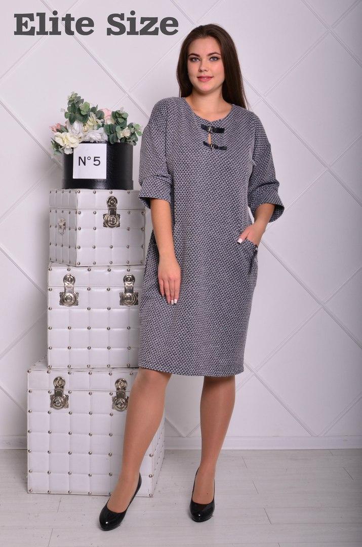 Платье батальное до колена с карманами из трикотажа.