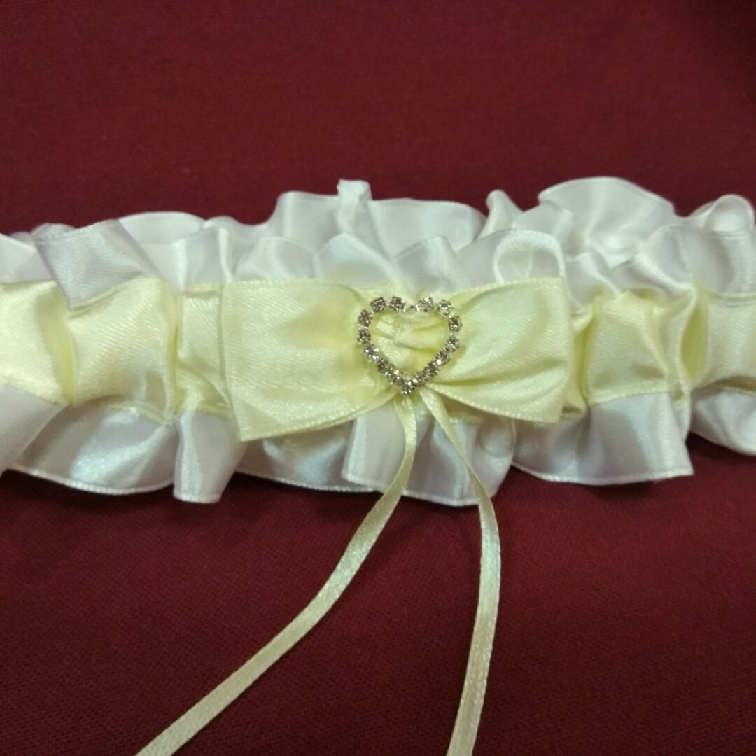 Весільна підв'язка для нареченої з сердечком