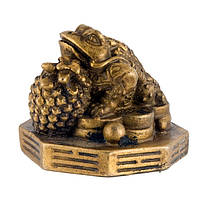 Статуэтка Трехлапая жаба на ба-гуа с ананасом 4,5х5х5 см желтая (А4263)