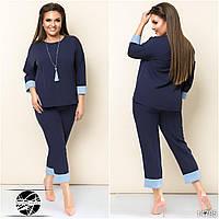Женский брючный костюм темно-синего цвета: блуза и брюки капри. Модель 14795