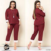 Женский брючный костюм бордового цвета: блуза и брюки капри. Модель 14789