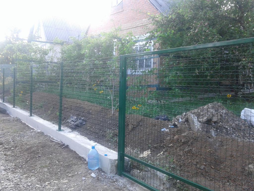 Забор из сварной сетки в ПВХ покрытии.