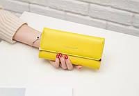 Вместительный желтый кошелек на кнопке