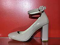 Туфли Angelovani на устойчивом каблуке с натуральной лаковой кожи бежевого цвета