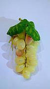 Гроздь искусственного жёлтого винограда.