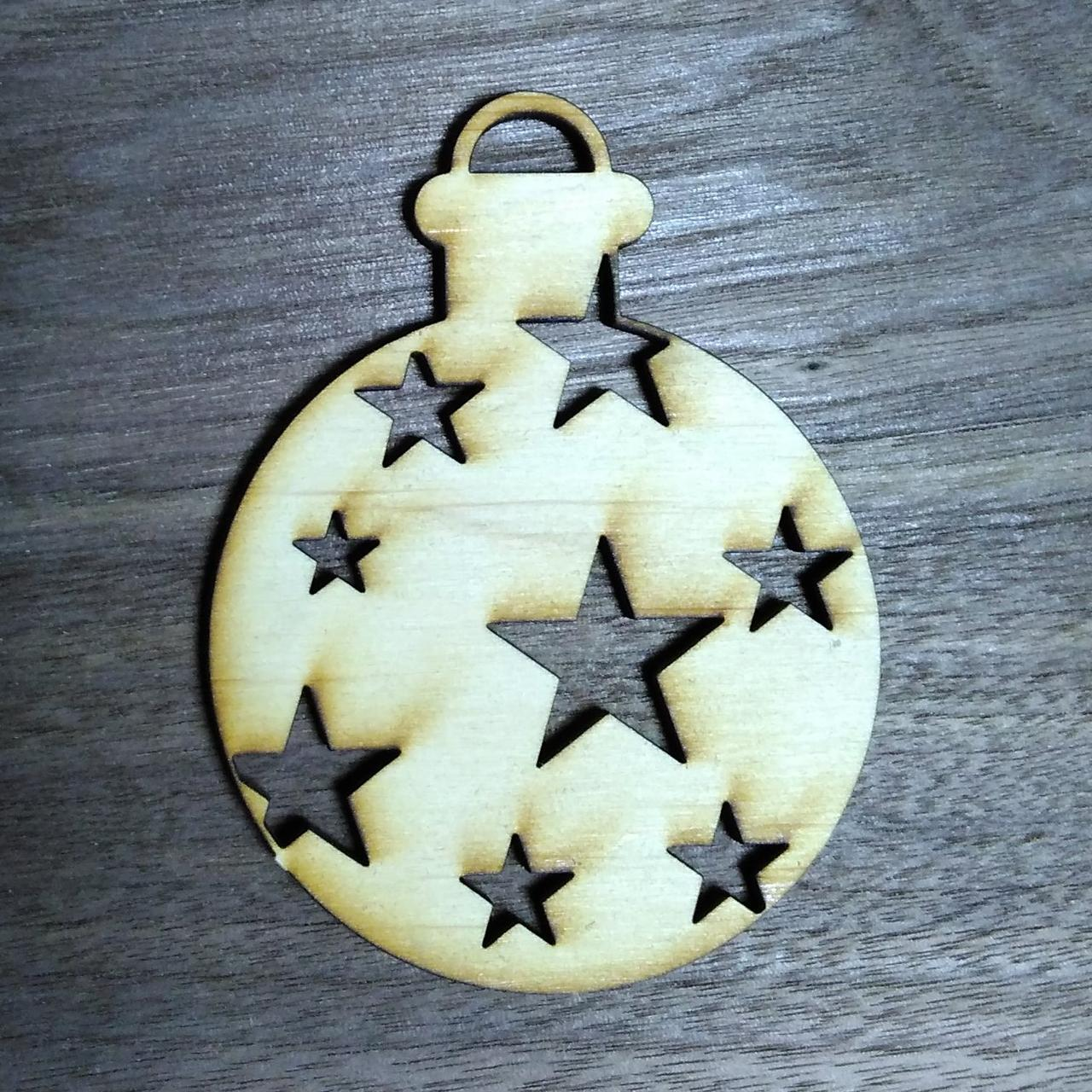 Деревянная ёлочная игрушка в звёздочках
