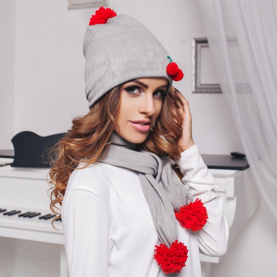 Комплект: утепленная шапка и шарф с декором - вишня