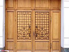 Деревянные двери с элементами ковки