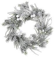 Венок из искуственной хвои в снегу с белыми ягодами 42см, декорация на Новый год