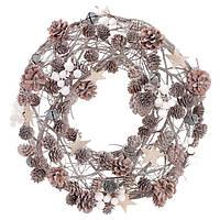 Венок из натуральных шишек с декором 41 см, цвет - натуральный с белым, украшенный ягодами и звездами