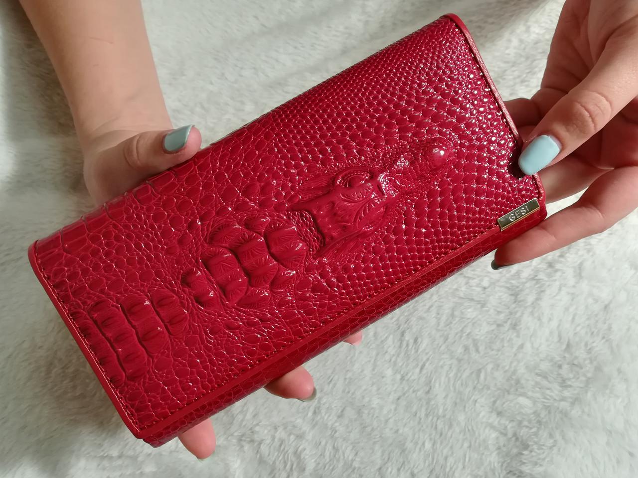 Красный кожаный кошелек на кнопке