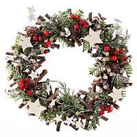 Венок новогодний с декором из ягод и звезд 30 см