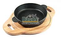 Сковорода чугунная порционная 180х40мм (глубокая) на деревянной поставке 25см (бук) с боковыми ручками ЧугунОК
